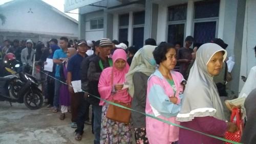 Antrian Masyarakat dalam rangka untuk Perekaman E-KTP di Halaman Kantor Kecamatan Bojonggede