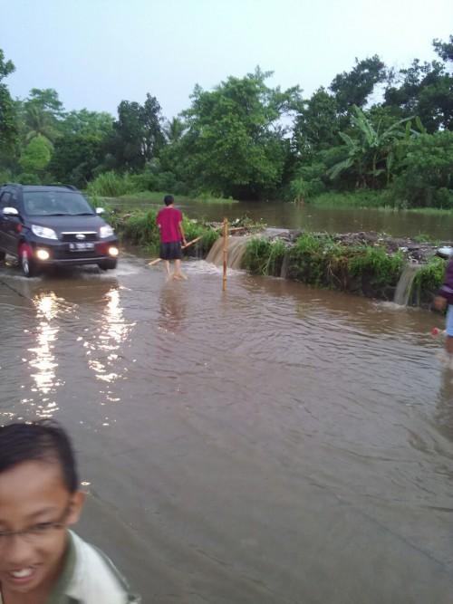 Curah Hujan yang sangat tinggi sehingga kali Baru Meluap ke Jalan Raya