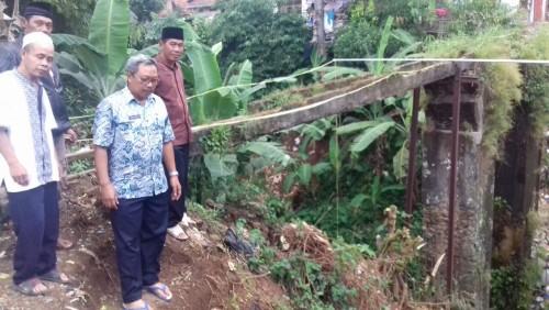 Bapak Camat Bojonggede Meninjau Lokasi Pembuatan Jembatan.