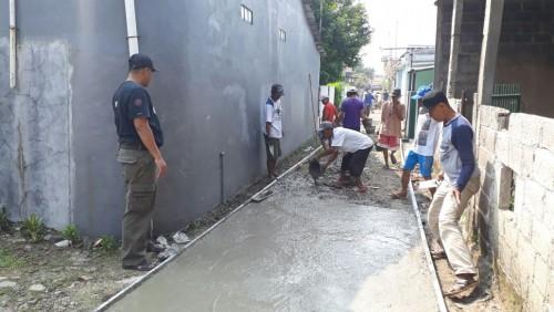 Kepala Desa Bojong Baru monitoring pengecoran jalan setapak